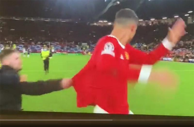 VIDEO: Tekel je kot da gre za življenje, se dotaknil Ronalda, a so ga varnostniki le prestregli